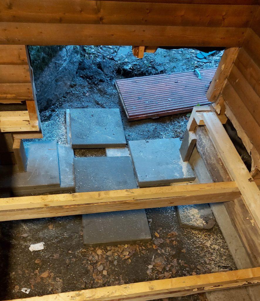 Seinä ja lattia purettu, sora + betonilaatat asennettu